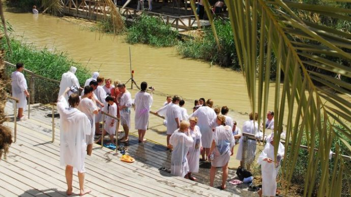 tourists-being-baptised-at-qasr-al-yahud